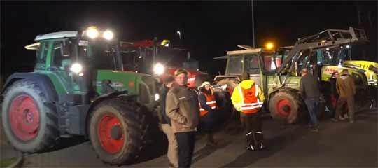 Landwirte demonstrieren mit Treckern vor dem Aldi-Warenlager in Salzgitter