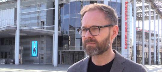 Andreas Beitin vor Kunstmuseum Wolfsburg