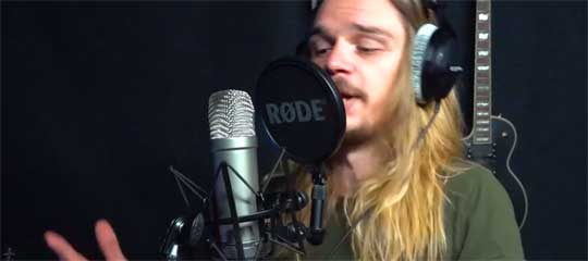 Home-Recording: Sänger vor Mikrofon