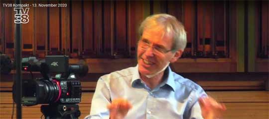 Chorleiter Claus-Eduard Hecker dirigiert den virtuellen Chor