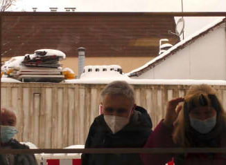 Besucher der Schaufensterausstellung CreArte