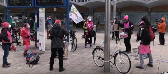 Demonstration vor dem Wolfsburger Hauptbahnhof